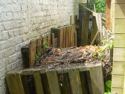 Le compost derrière la cabane de jardin.